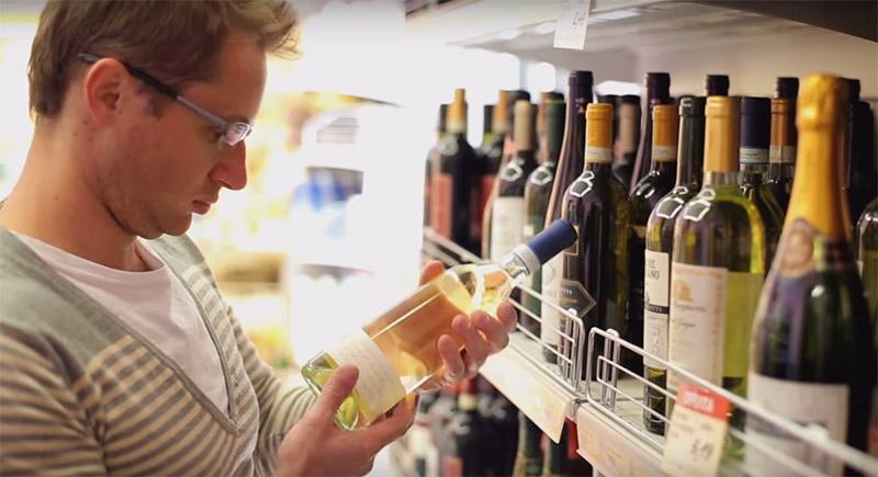 Hombre mirando botella