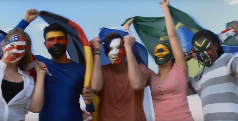 Personas con diferentes banderas