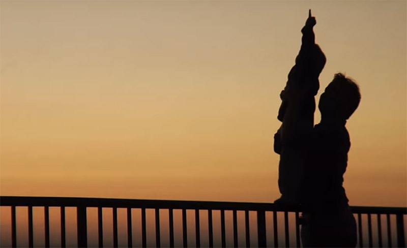 Padre con su hijo mirando al cielo