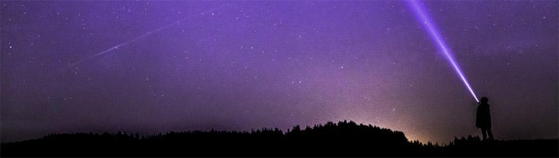 Alguien mirando al cielo violeta