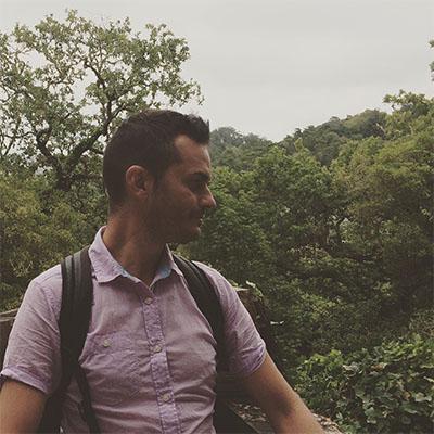 Ruben denodos mirando al horizonte